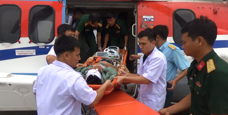 Tổ cấp cứu đường không BV 175 cứu ngư dân trên đảo Phan Vinh  - ảnh 1