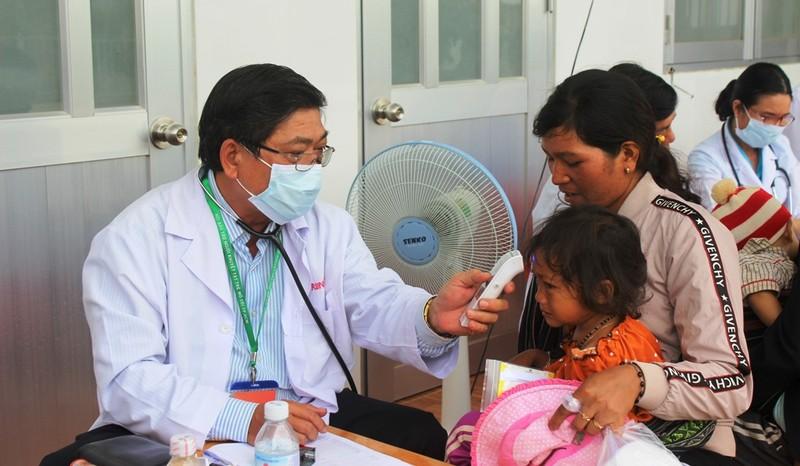 Bác sĩ lặn lội vùng sâu khám bệnh cho dân nghèo - ảnh 1
