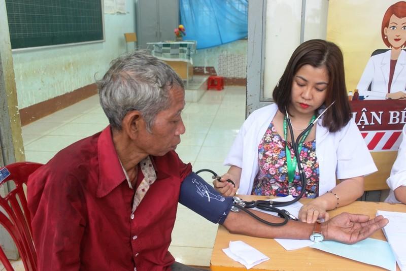 Bác sĩ lặn lội vùng sâu khám bệnh cho dân nghèo - ảnh 4