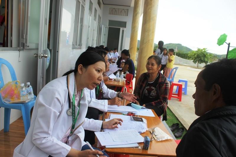 Bác sĩ lặn lội vùng sâu khám bệnh cho dân nghèo - ảnh 2