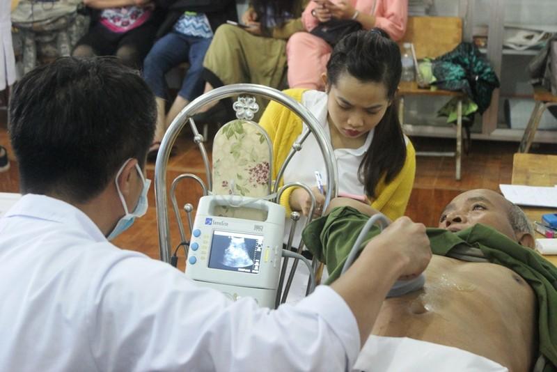 Bác sĩ lặn lội vùng sâu khám bệnh cho dân nghèo - ảnh 12