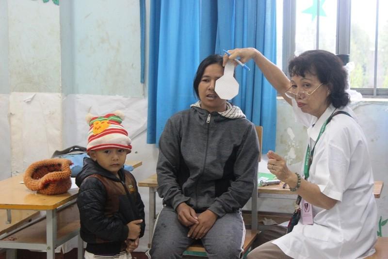 Bác sĩ lặn lội vùng sâu khám bệnh cho dân nghèo - ảnh 8