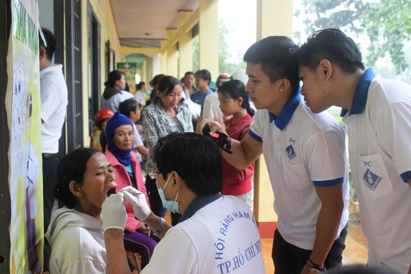 Bác sĩ lặn lội vùng sâu khám bệnh cho dân nghèo - ảnh 9