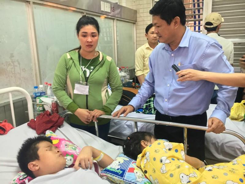 Phó chủ tịch UBND TP thăm học sinh bị thương vụ sập giàn giáo - ảnh 1
