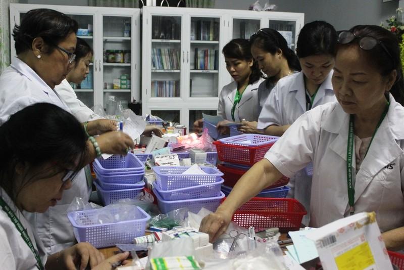 Bác sĩ lặn lội vùng sâu khám bệnh cho dân nghèo - ảnh 15