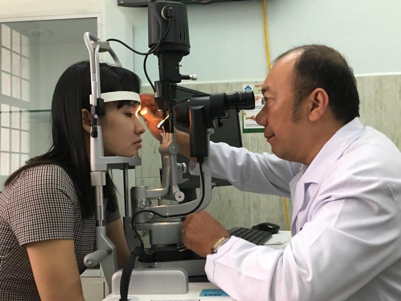 Bác sĩ chỉ cách bảo vệ mắt mùa nắng nóng - ảnh 1