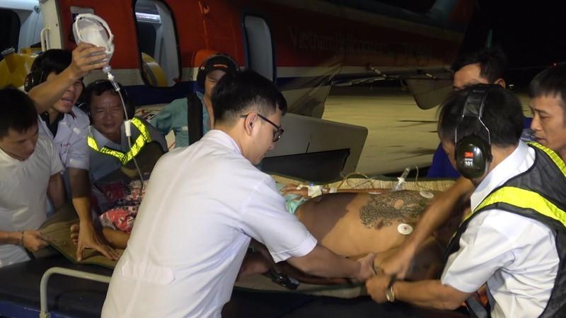 Máy bay xuyên đêm cấp cứu hai ngư dân ở Trường Sa - ảnh 1