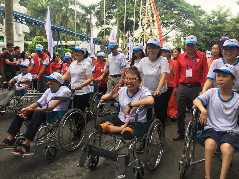 Hơn 5.000 người đi bộ vì nạn nhân chất độc da cam  - ảnh 1