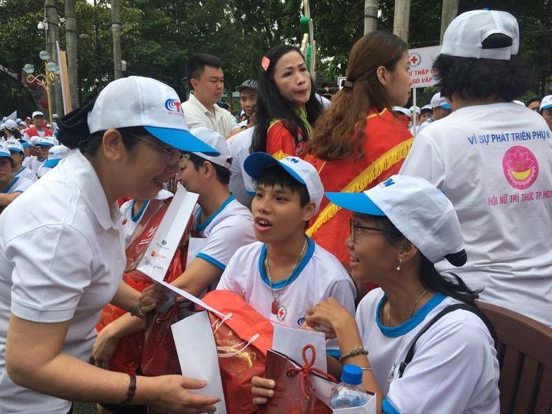 Hơn 5.000 người đi bộ vì nạn nhân chất độc da cam  - ảnh 2