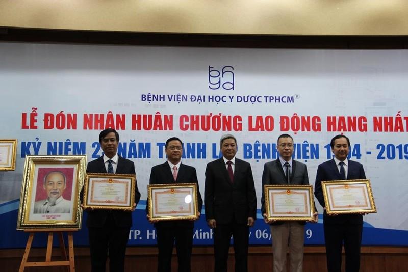 BV ĐH Y Dược TP.HCM nhận huân chương Lao động hạng Nhất - ảnh 2