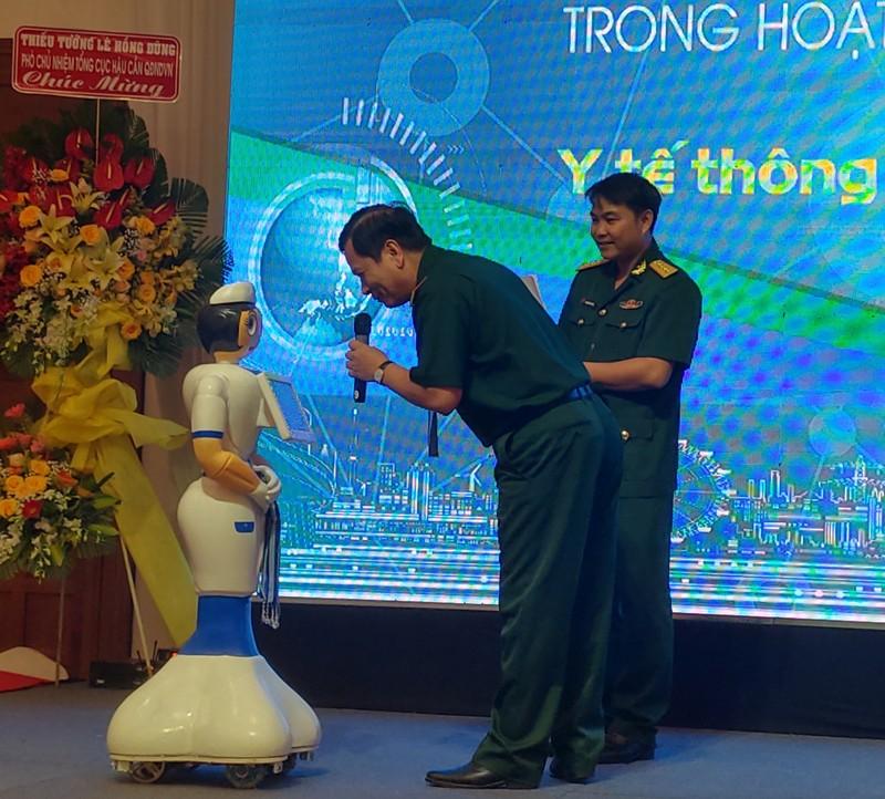 Bệnh viện 'sắm' điều dưỡng robot đón tiếp bệnh nhân - ảnh 1