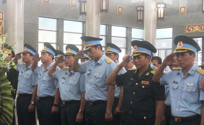 Hàng ngàn người đến viếng anh hùng phi công Nguyễn Văn Bảy - ảnh 8