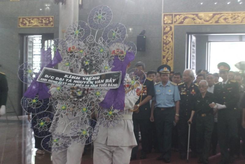 Hàng ngàn người đến viếng anh hùng phi công Nguyễn Văn Bảy - ảnh 9