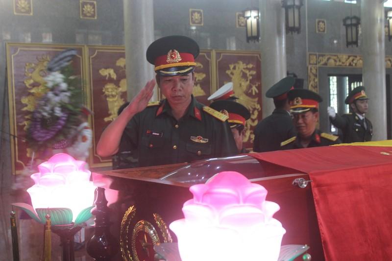 Hàng ngàn người đến viếng anh hùng phi công Nguyễn Văn Bảy - ảnh 7