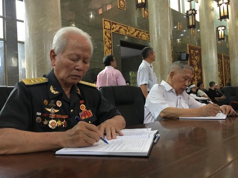 Hàng ngàn người đến viếng anh hùng phi công Nguyễn Văn Bảy - ảnh 10