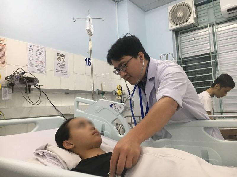 Kẹt xe nửa tiếng, vừa đến cổng bệnh viện bé gái ngưng tim - ảnh 1