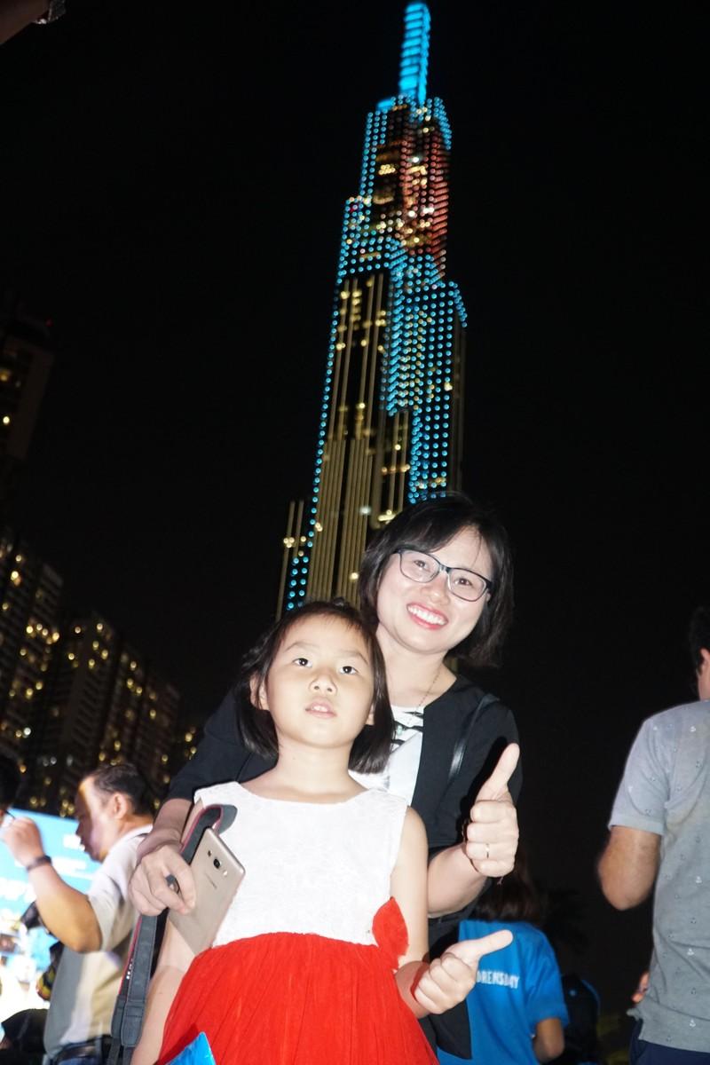Nhuộm xanh tòa nhà cao nhất TP.HCM kêu gọi bảo vệ quyền trẻ em - ảnh 1