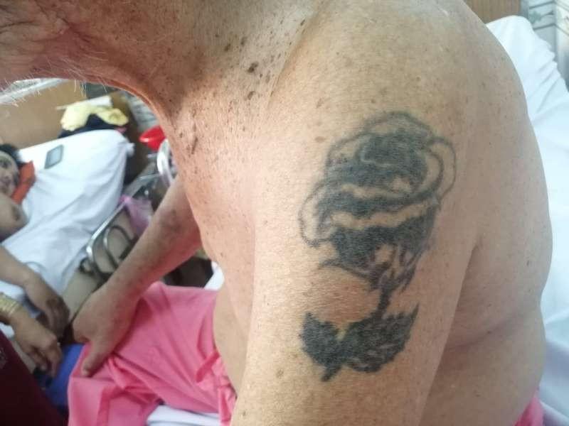 Tìm người thân cho cụ ông xăm hình bông hồng trên bắp tay - ảnh 2