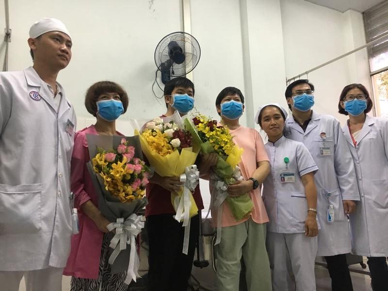 Bệnh nhân người Trung Quốc bị COVID-19 nói gì khi xuất viện? - ảnh 2