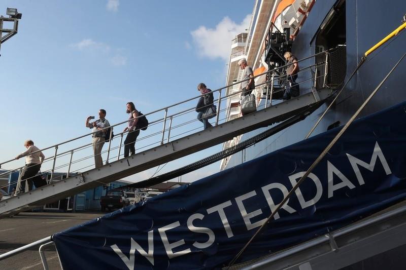 Khách trên tàu Westerdam quá cảnh ở TP.HCM được xử lý ra sao?  - ảnh 1