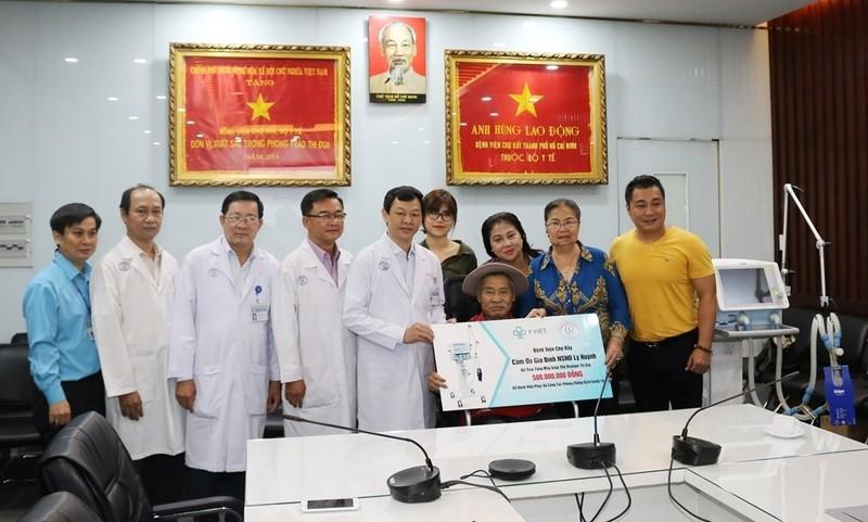 Gia đình nghệ sĩ Lý Hùng tặng BV Chợ Rẫy máy thở 500 triệu  - ảnh 1