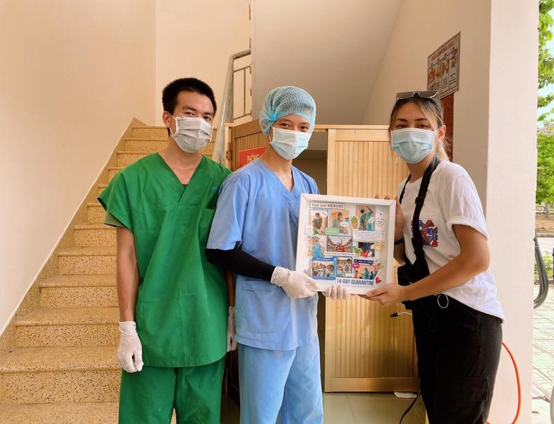 Món quà đặc biệt 4 du học sinh Anh tặng nhân viên khu cách ly - ảnh 2