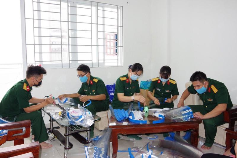 Bệnh viện dã chiến tặng y, bác sĩ 1.000 nón bảo hộ ngừa COVID - ảnh 1