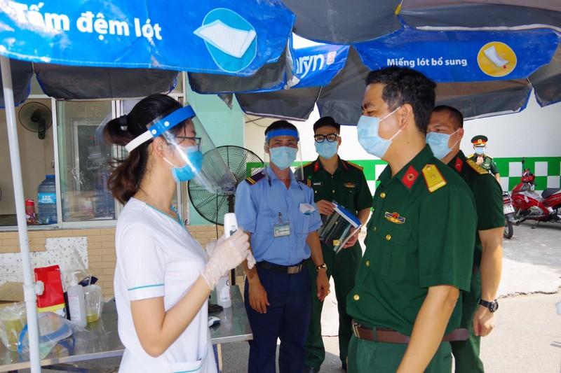 Bệnh viện dã chiến tặng y, bác sĩ 1.000 nón bảo hộ ngừa COVID - ảnh 2