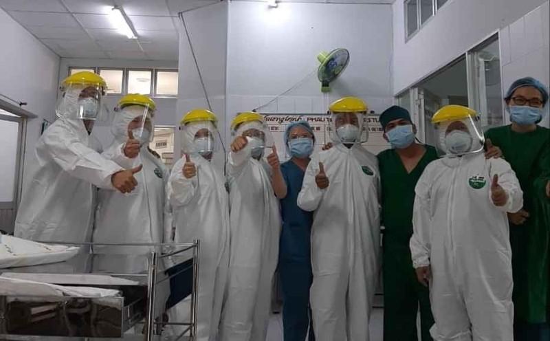 Bác sĩ mặc đồ bảo hộ cứu sản phụ vỡ thai ở khu cách ly - ảnh 2