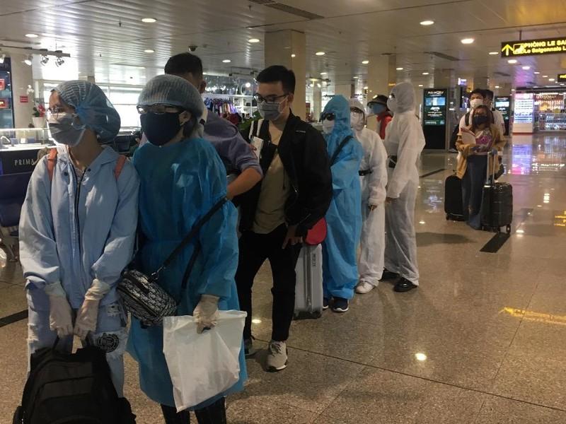 TP.HCM xét nghiệm COVID-19 tất cả khách đến sân bay, nhà ga - ảnh 1