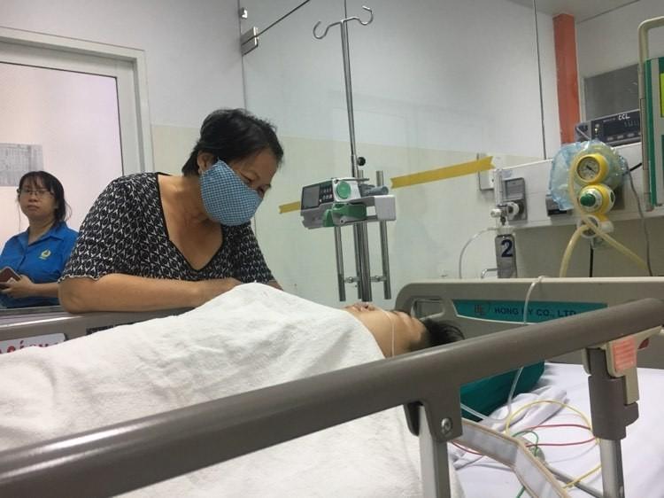 Vụ cây đổ ở TP.HCM: 1 học sinh bị chấn thương cột sống cổ  - ảnh 1