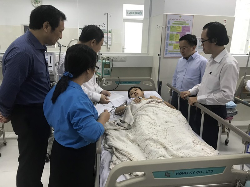 Vụ cây đổ ở TP.HCM: 1 học sinh bị chấn thương cột sống cổ  - ảnh 2