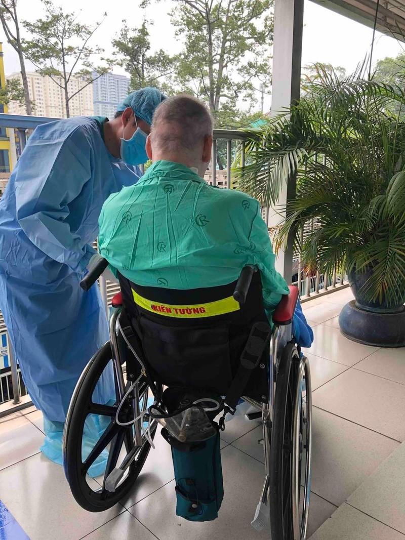 Bệnh nhân 91 được đưa ra ngoài hành lang phơi nắng mỗi sáng - ảnh 1