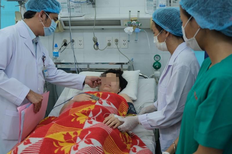 Bác sĩ hai bệnh viện cứu mẹ con sản phụ bị xuất huyết ồ ạt - ảnh 2