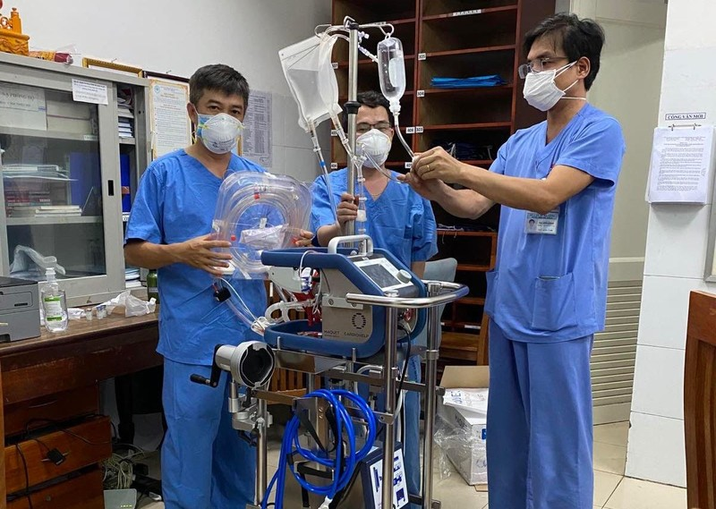 Bệnh viện Chợ Rẫy đưa ECMO ra Đà Nẵng hỗ trợ ca nghi mắc COVID - ảnh 1