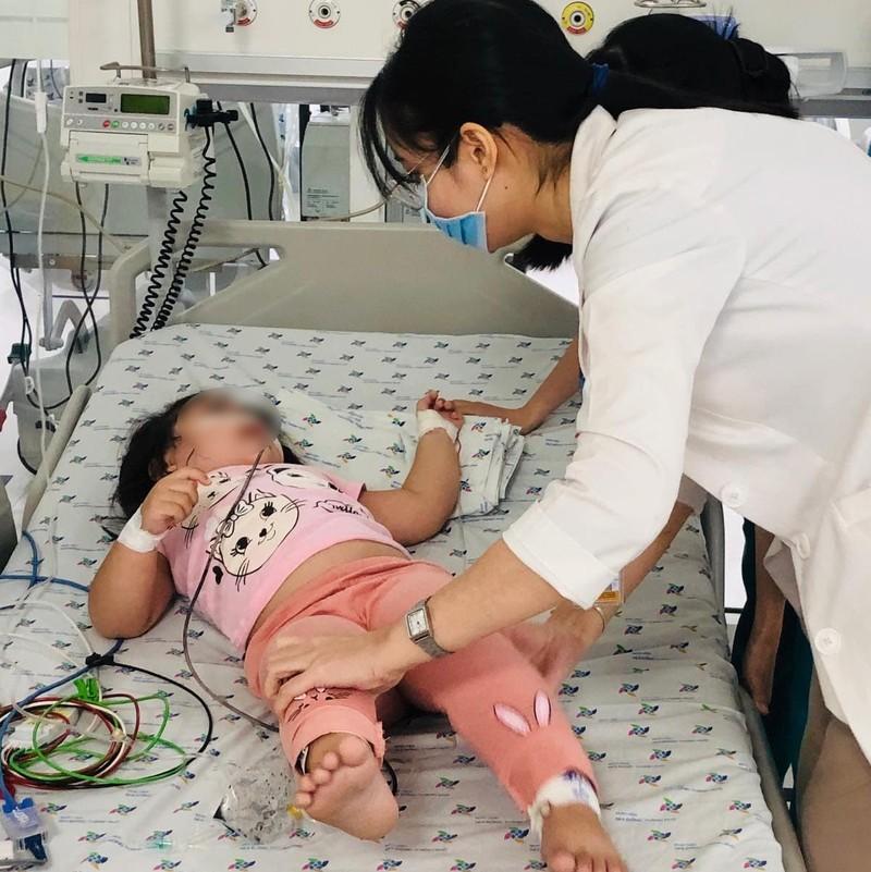 Bé gái 3 tuổi ăn nhầm cơm trộn thuốc chuột - ảnh 1