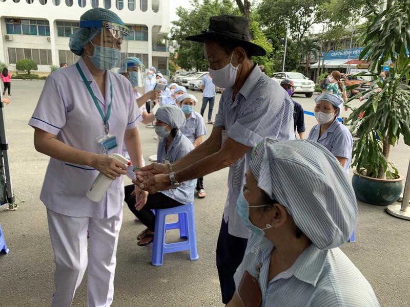 Bệnh viện ở TP.HCM phòng dịch COVID-19 cho người bệnh ra sao?  - ảnh 10