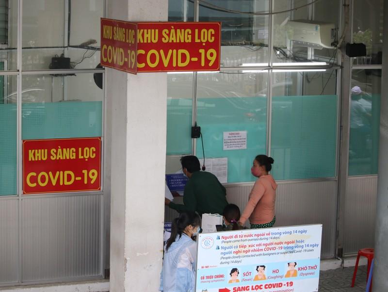 Bệnh viện ở TP.HCM phòng dịch COVID-19 cho người bệnh ra sao?  - ảnh 24