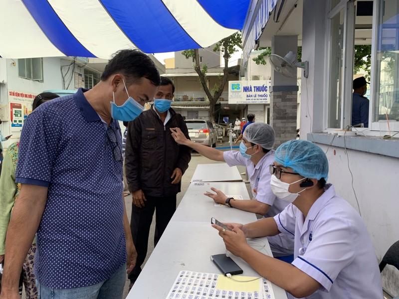 Bệnh viện ở TP.HCM phòng dịch COVID-19 cho người bệnh ra sao?  - ảnh 20