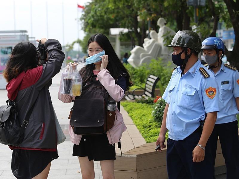 TP.HCM xử phạt hàng loạt người không đeo khẩu trang  - ảnh 1