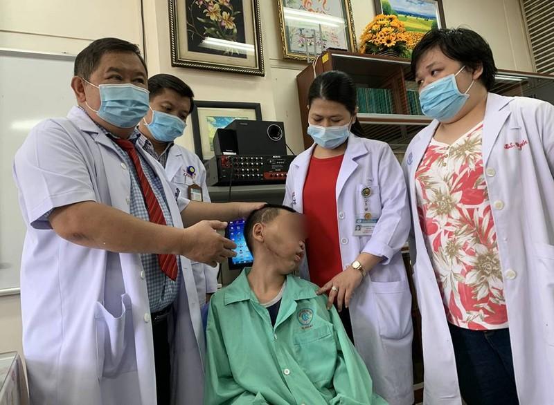 Căn bệnh khiến hàm bé trai sưng to, chảy máu mũi nhiều năm - ảnh 2