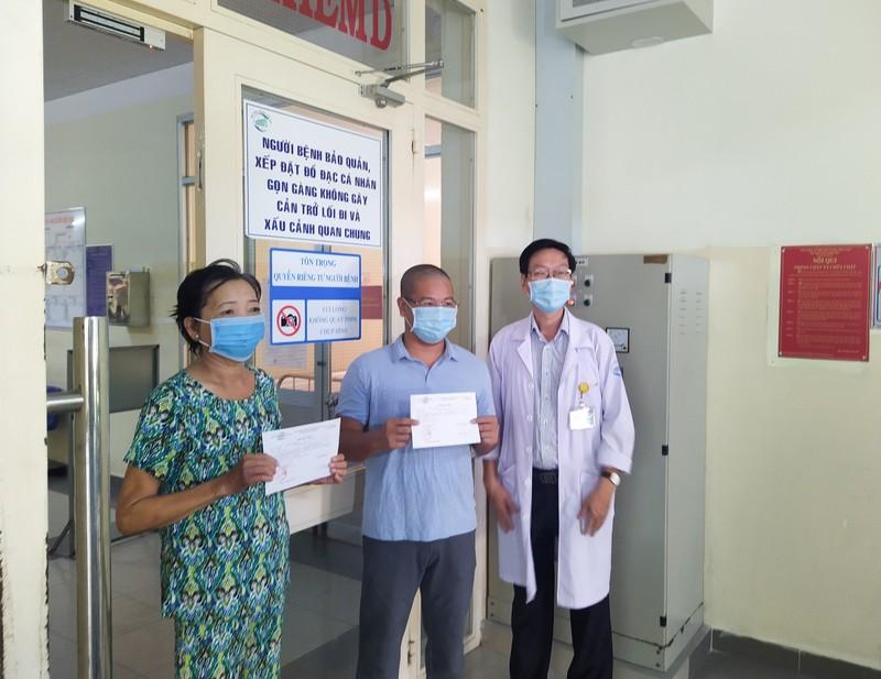 Hai bệnh nhân mắc COVID-19 tại TP.HCM xuất viện - ảnh 1