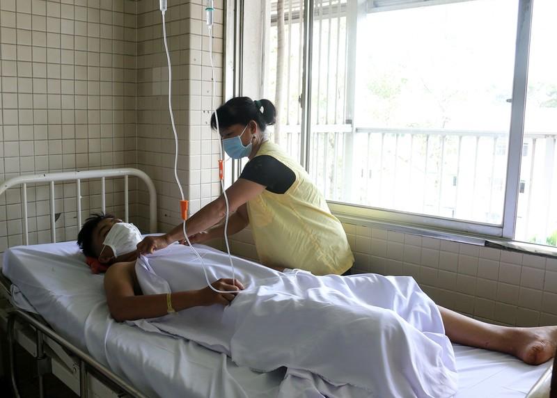 Cậu bé 15 tuổi bị chém cụt chân: Sốc mất máu nguy kịch  - ảnh 1