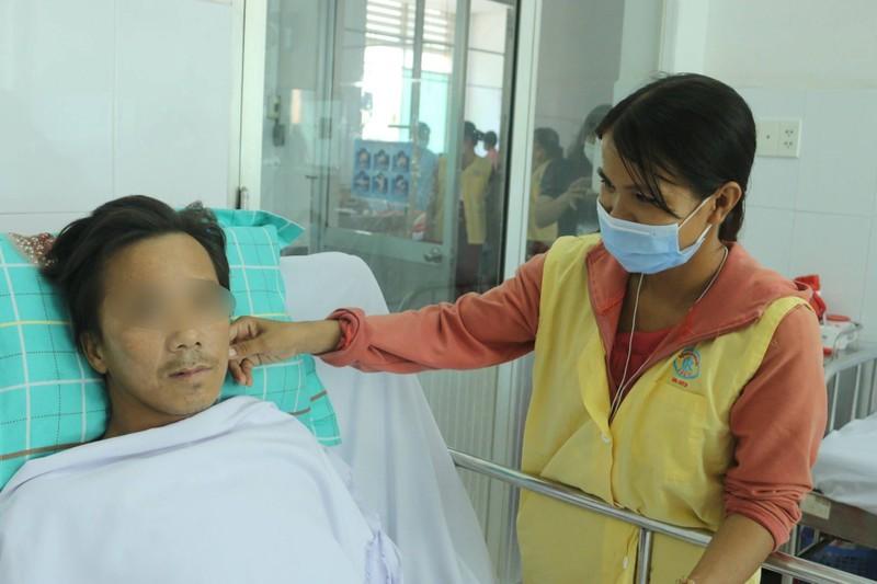 Vợ người bị rắn hổ mang cắn ủng hộ 80 triệu cho bệnh nhân khác - ảnh 2