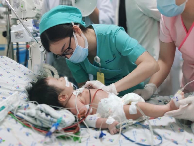 Bé trai 2,5 tháng tuổi nguy kịch do hội chứng 'baby blue' - ảnh 1