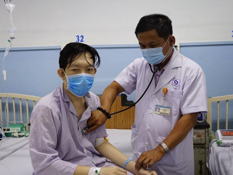 Căn bệnh không ngờ khiến chàng trai đi cầu ra máu ồ ạt  - ảnh 1