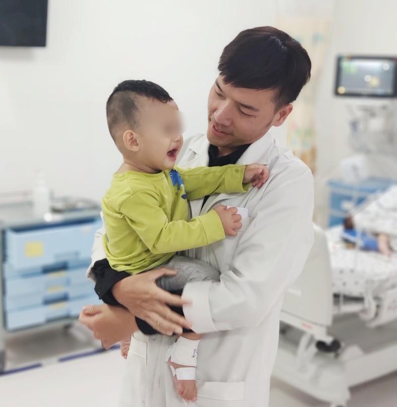 Bé trai nhập viện cấp cứu vì bị cho uống nhầm dầu xoa bóp - ảnh 1