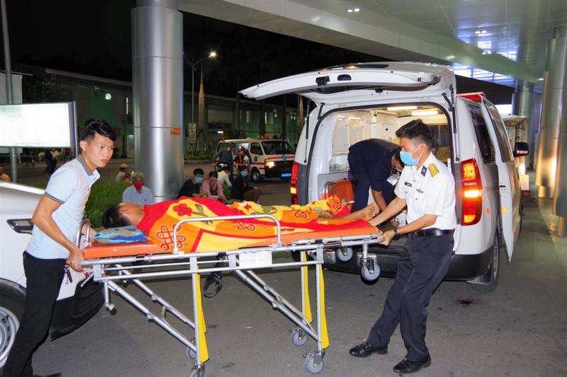 Trực thăng vượt thời tiết xấu đưa bệnh nhân vào đất liền - ảnh 1