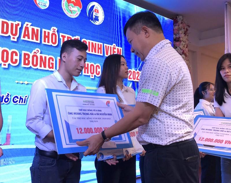 CLB 'Vì Hoàng Sa-Trường Sa thân yêu' ủng hộ miền Trung - ảnh 2
