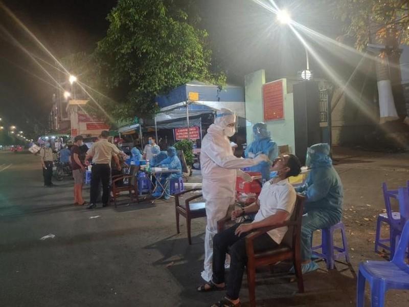 TP.HCM xuyên đêm lấy mẫu xét nghiệm COVID-19 ở chợ, nhà trọ - ảnh 6